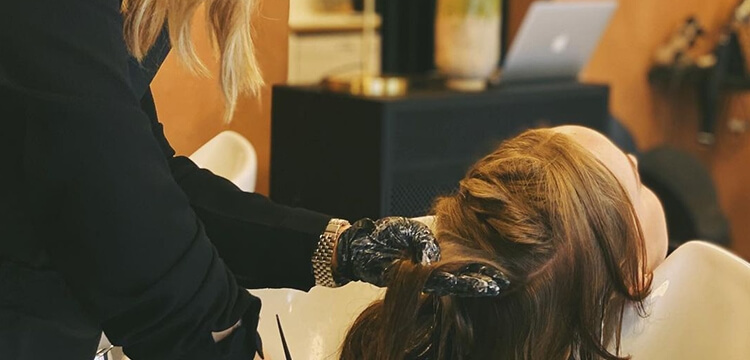 Frisør på Frederiksberg tilbyder hårfarvning på kunderne.