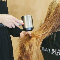 Føntørring af langt hår hos frisør leaphair på frederikberg