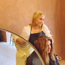 Professionel frisør udfører hårvask på kunde