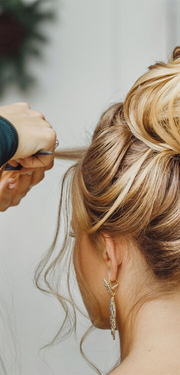 Frisør laver flot håropsætning på kunde